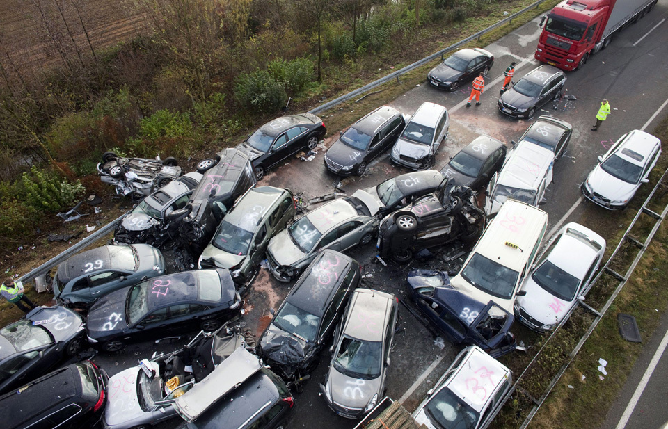 Pictures of a 52-vehicle pile-up on the Autobahn | Duck Duck