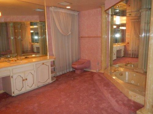 70s chic bathroom. I'd poop here.